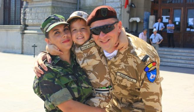 """Foto: Familia în care armata este """"religie"""". Soț și soție, cot la cot pe frontul din Afganistan"""