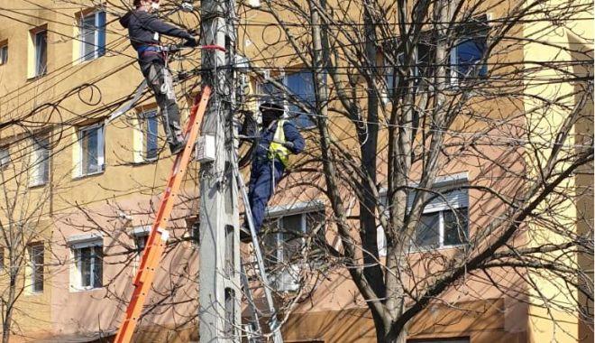 Cablurile de pe stâlpi, dezafectate de echipele furnizorilor de utilităţi, la solicitarea Primăriei Constanţa - poza1-1618564806.jpg