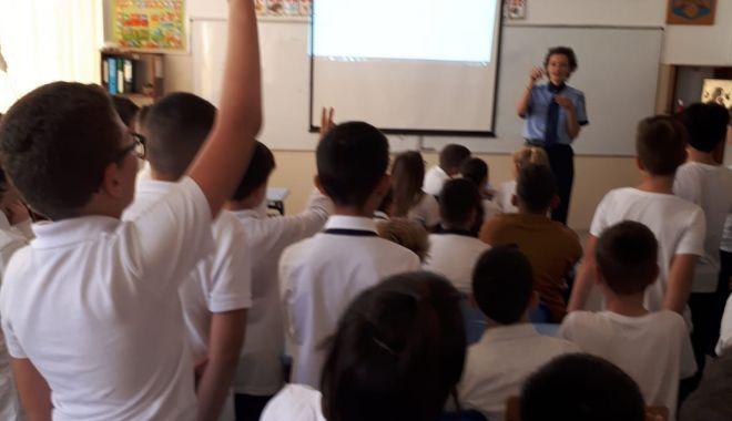 Foto: Elevii, încurajați de polițiști să ceară ajutorul când se simt în pericol