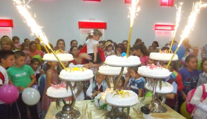 Primarul Gabriela Iacobici a inaugurat terenul de sport din satul Cheia - primarulgabrielaiacobicigradina-1433436032.jpg