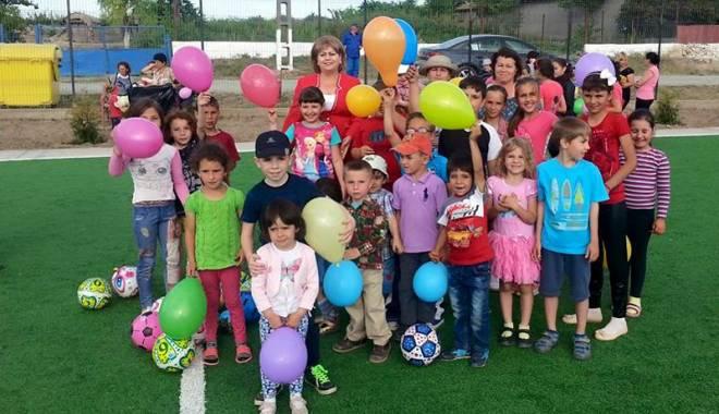Primarul Gabriela Iacobici a inaugurat terenul de sport din satul Cheia - printprimarulgabrielaiacobiciain-1433436046.jpg