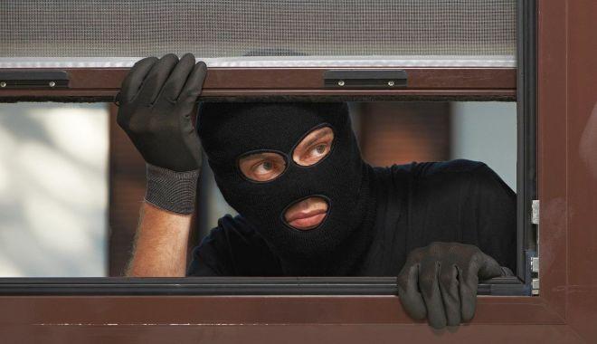 """Foto: Sfaturile polițiștilor pentru a preveni furturile de locuințe: """"Trebuie bariere fizice și psihice!"""""""