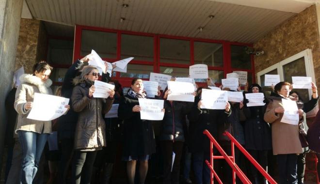 """Foto: Protest spontan, la Constanța.  """"Vrem salarii decente, nu discriminare!"""""""