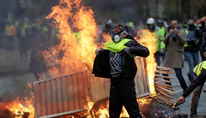"""Foto: Protestele """"Vestelor galbene"""".  Macron: """"Nu voi accepta niciodată violența"""""""