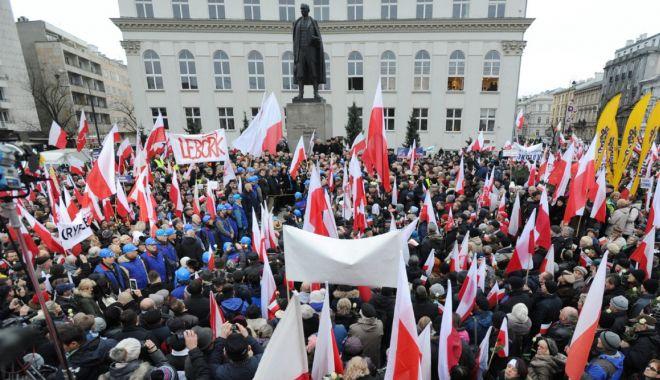 Proteste în Polonia faţă de interzicerea avorturilor - protestepolonia-1603460317.jpg