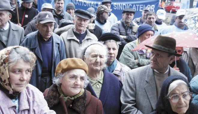 Pensionarii ies în stradă - protestesursaestnews-1601536040.jpg