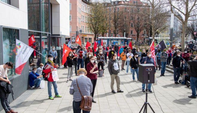 La ei este invers! Sute de oameni au ieșit în stradă în Germania pentru a cere reguli mai stricte - protestgermania-1618135822.jpg