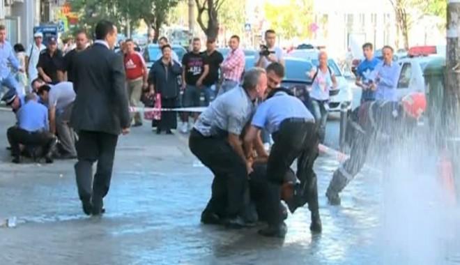 Foto: Protest extrem la Primăria Sectorului 5: doi bărbați au amenințat că-și dau foc. Unul dintre ei a murit.