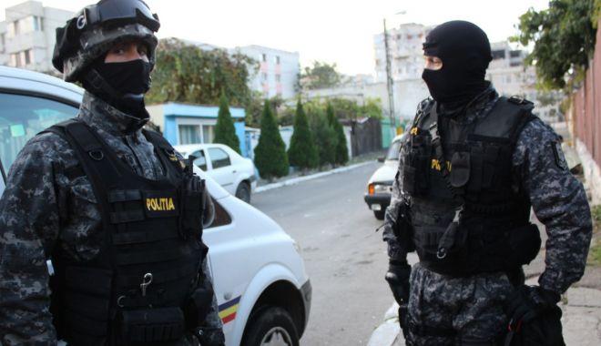Foto: Percheziții la proxeneți. Arestați pentru trafic de minore!
