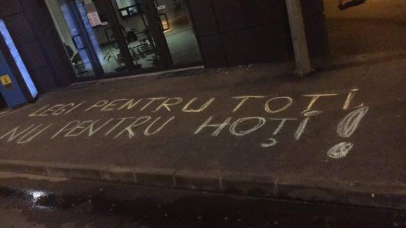 Bărbat amendat pentru mesaje antiguvernamentale, scrise cu cretă pe asfalt - pthhmdc5otfjmwy2ymm4zje5ymy0ywew-1533915038.jpg