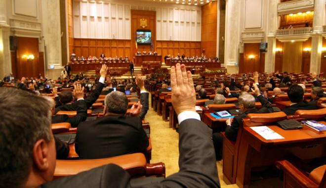 Foto: Salariile parlamentarilor ar putea crește din toamnă la 9.000 de lei