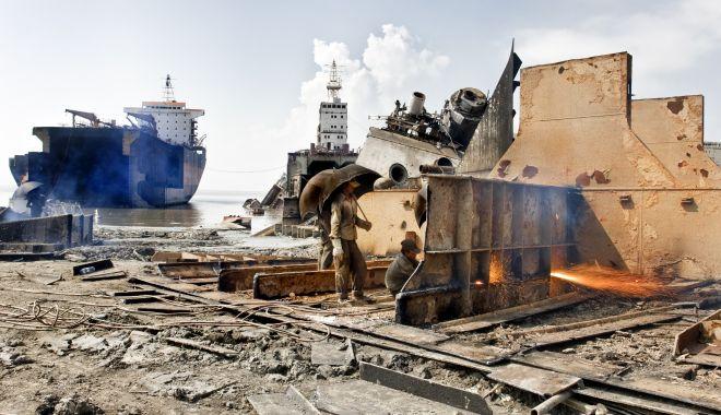 Foto: Șantierele de dezmembrare a navelor din Asia de Sud fac zeci de victime