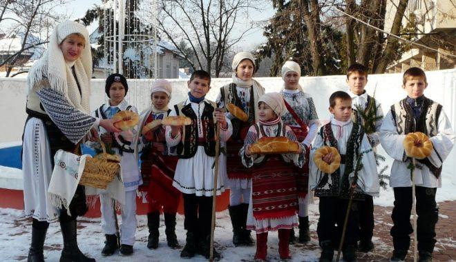 """Foto: Spectacol de folclor, la Centrul """"Jean Constantin"""". """"Sărbători populare dobrogene"""""""