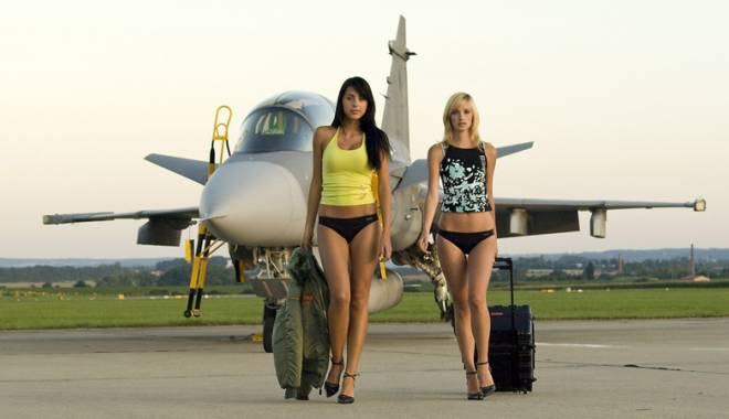 Foto: Scandal în avion cu o blondă sexy și încăpățânată