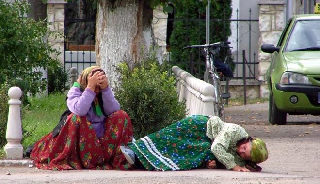 Foto: Scandal în Italia: Românce ținute într-o cușcă exact ca animalele