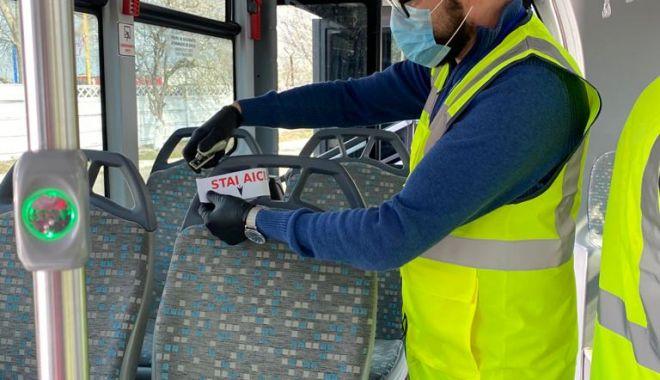 Foto: Scaunele din autobuzele CT Bus, marcate pentru a se putea păstra distanța de siguranță