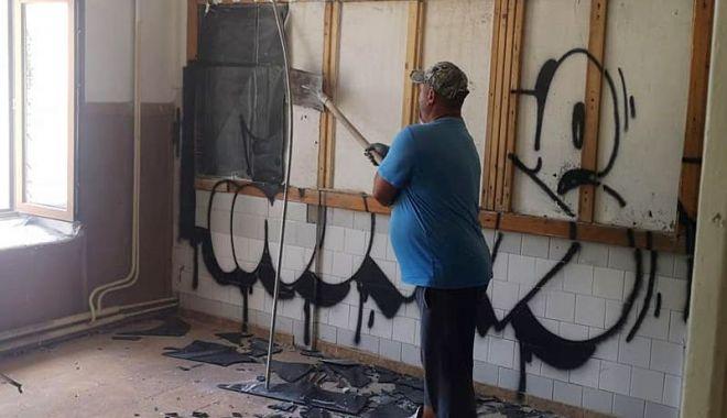 Se face curățenie la Școala Greacă.