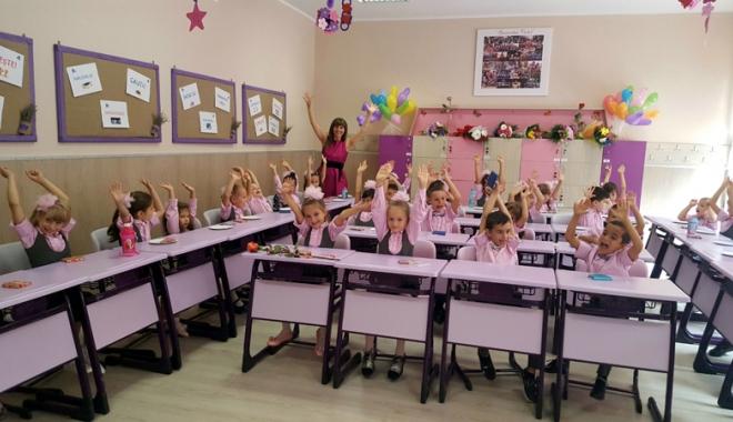 Foto: Bobocii Școlii nr. 30, aplaudați la scenă deschisă de colegii mai mari