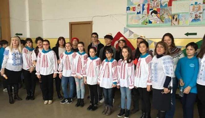"""Foto: Voluntari din alte țări, la Școala Gimnazială nr. 10 """"Mihail Coiciu"""", din Constanța"""