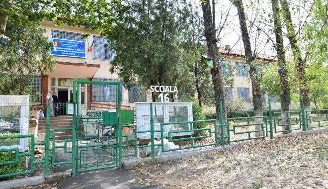 Şcoala nr. 16 din Constanţa, în reparaţii, din prima zi de şcoală. Părinţii, îngrijoraţi! - scoalanr162-1599753009.jpg