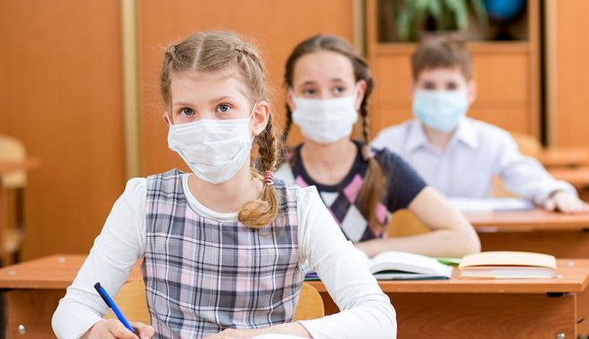Sănătatea pe primul plan! Separatoare de plexiglas în clasele şcolilor constănţene - scolisursaagora-1599579815.jpg