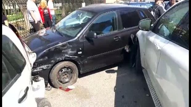 Foto: Carambol cu șase mașini în fața unui liceu, după ce o șoferiță nu a reușit să-și ducă manevra la bun sfârșit