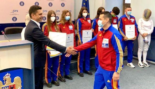 Scrimă / Sportivii medaliaţi la Mondialele de la Cairo, felicitaţi de ministrul Eduard Novak - scrimanovak-1620224944.jpg