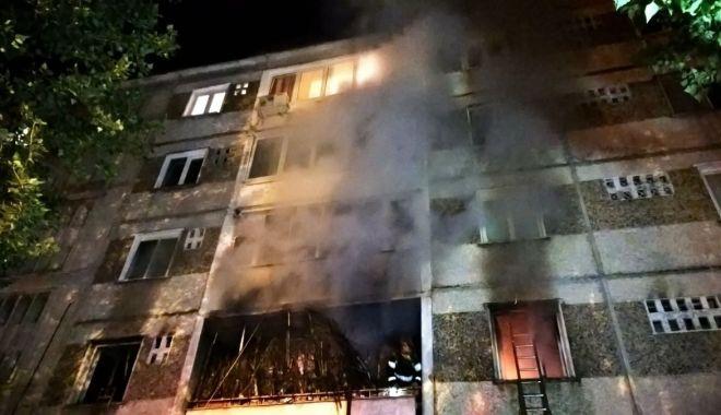 Foto: Incendiu puternic într-un bloc! Un bărbat a murit