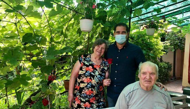Foto: Seniorii Constanței, premiați la domiciliu de viceprimarul Costin Răsăuțeanu