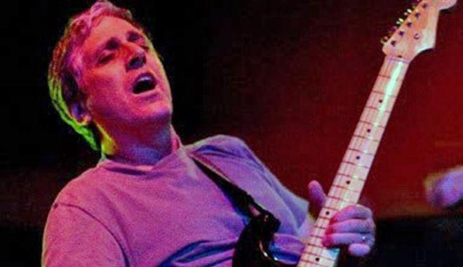 A murit unul dintre foștii chitariști ai formației Red Hot Chili Peppers - sherman-1598117979.jpg