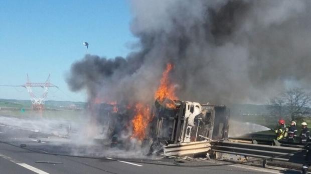 O cisternă cu vin s-a răsturnat pe autostradă și a luat foc - sibiu61878400-1524331181.jpg