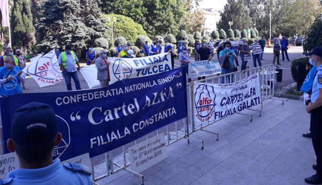 """Sindicaliștii au protestat sub geamul prefectului împotriva """"abuzurilor"""" de la CSCT - sindicalittiiauprotestatsubgeamu-1602094411.jpg"""