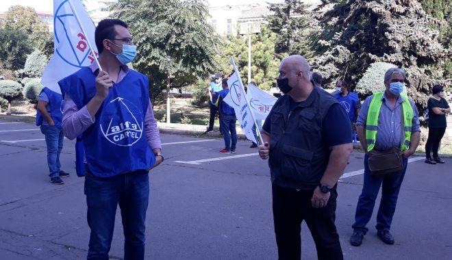 """Sindicaliștii au protestat sub geamul prefectului împotriva """"abuzurilor"""" de la CSCT - sindicalittiiauprotestatsubgeamu-1602094503.jpg"""