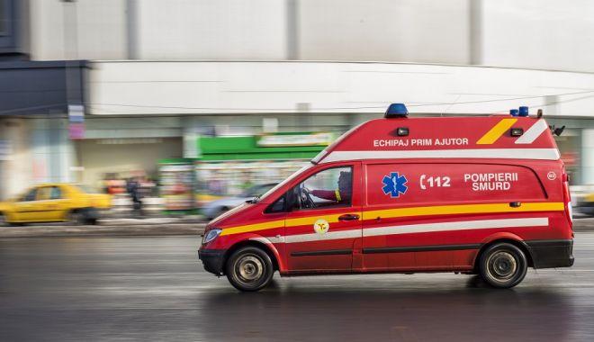 Foto: Un polițist aflat cu soția și copilul la plimbare a fost înjunghiat de un tânăr