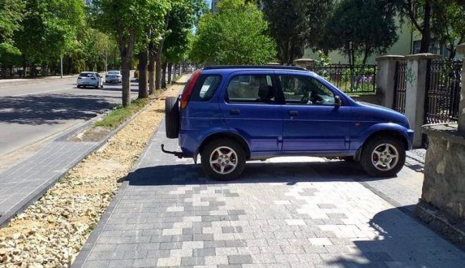 Șofer sancționat după ce s-a urcat cu mașina pe trotuarul proaspăt refăcut, la Constanța - sofersanctionat-1589478669.jpg