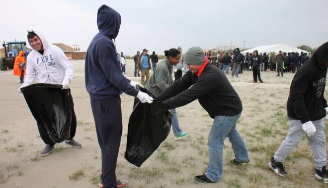 Foto: Soldații americani și lucrătorii ambasadei SUA la București curăță plaja din Mamaia