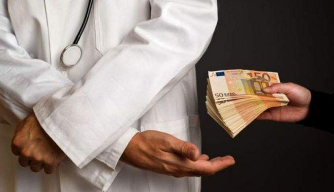 Foto: Medic ortoped din Cluj, prins în flagrant când lua 700 de euro mită de la un pacient