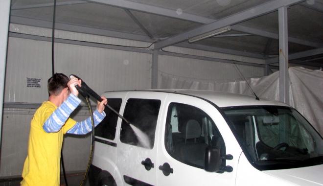 Foto: Spălătoriile auto, verificate de Inspectoratul de Muncă