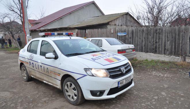 Foto: Bărbat spânzurat de ușa garajului, în Palazu Mare