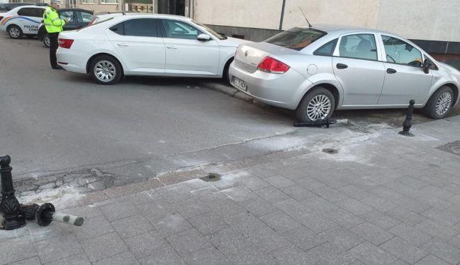 Foto: Stâlpișori care interzic accesul pe anumite străzi din Constanța, scoși din pământ