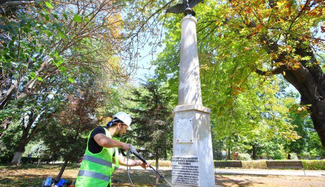 Foto: Primăria Municipiului Constanța a început lucrări de reparații și întreținere a statuilor din oraș