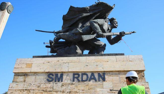 Foto: Statuia de la Casa de Cultură, curățată și recondiționată