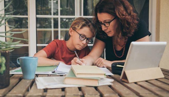 """Părinţii, exasperaţi de şcoala online. """"Am devenit asistenţii doamnelor învăţătoare!"""" - sus-1602180581.jpg"""