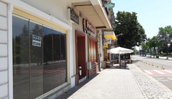 Vitrine goale și spații comerciale cu lacăte, de strajă noii zone pietonale din Constanța - sus-1626020674.jpg