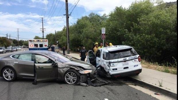 Foto: Un autoturism Tesla pe autopilot a lovit mașina de poliție