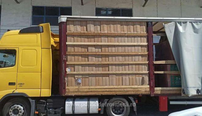 Cea mai mare captură de țigări din acest an: 162.500 de pachete cu țigări, ascunse într-un camion - tigari-1596275352.jpg