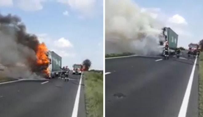Foto: VIDEO / ATENȚIE, ȘOFERI! Trafic blocat pe DN22C. Arde un tir