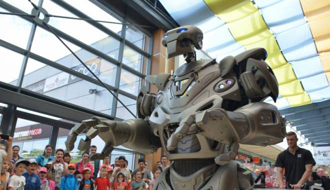 Foto: Sute de copii, strânși în jurul lui Titan the Robot