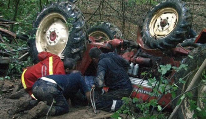ACCIDENT GRAV! Bărbat CĂLCAT PE CAP DE TRACTOR. Intervine elicopterul SMURD - tractor-1524148356.jpg