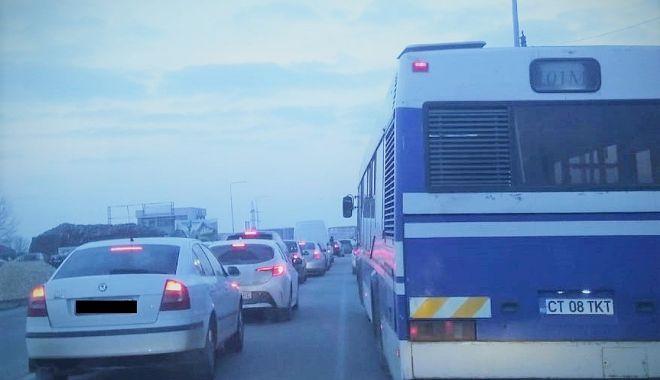 Trafic îngreunat pe bulevardul Aurel Vlaicu. Autobuzele ajung cu întârzieri în staţie - traficingreunatctbus-1614063445.jpg